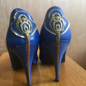 Gorgeous vintage blue heels with medallion